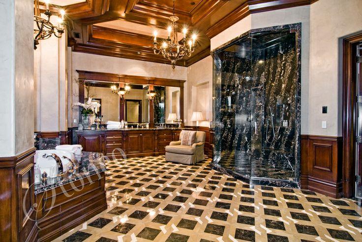 Łazienka wykończona białym i czarnym marmurem
