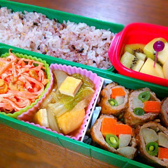 中1女子のお弁当です♪ - 11件のもぐもぐ - 雑穀米、豚肩ロースの3種野菜巻き、白菜と揚げの煮浸し、人参と胡桃のサラダ、りんご、キウイフルーツ by himapi