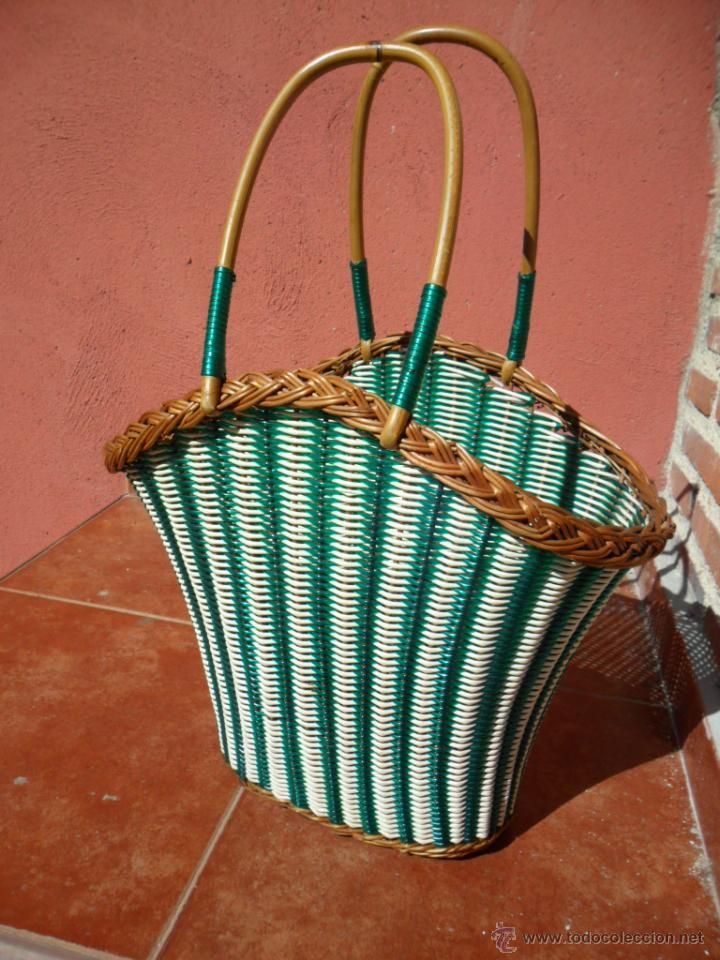 CESTA DE MIMBRE EN TONOS BLANCO Y VERDE - AÑOS 60 / WICKER BASKET IN GREEN WHITE AND TONES - 60'