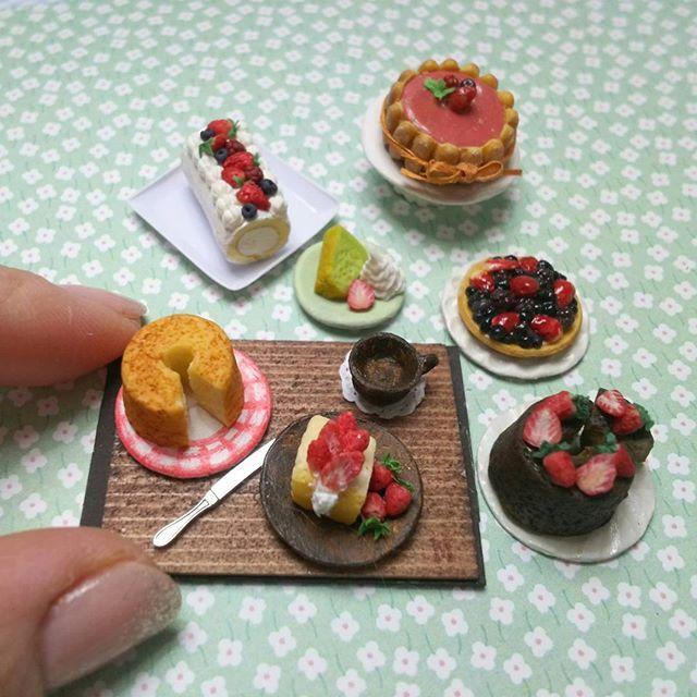 いちごケーキ 週末2種類追加予定です  #いちご#ラズベリー#ミント#シフォンケーキ#シャルロットケーキ #シャルロット#シャルロットケーキ#タルト#ベリータルト#ロールケーキ#12分の1#ミニチュア#ミニチュアフード#樹脂粘土#miniature#miniaturefood#aardbeien #polymerclay#fragola#fraise#erdbeere #strawberr#berry##fraise#chiffoncake#rollcake#charlotte#kawaii#mint#happybirthday
