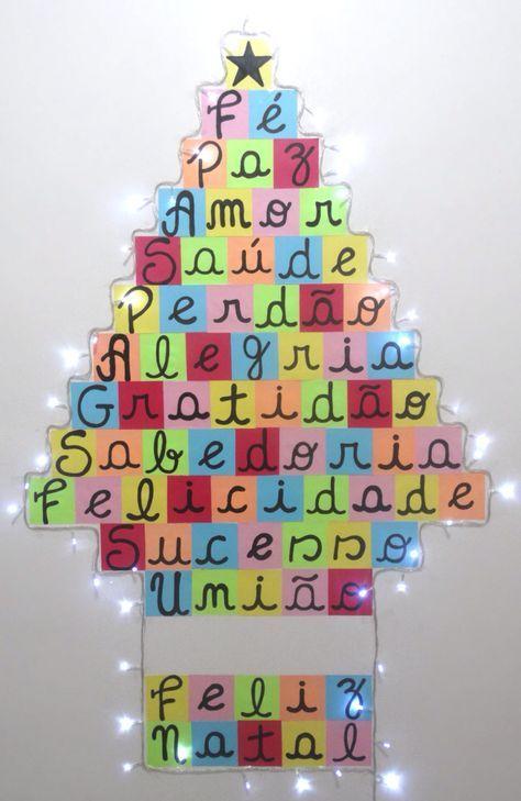 Árvores de Natal de Fotos e Post-Its   natal, christmas, xmas, decor, decoração, árvore de natal, diferente, criativa, fácil, barata, ideia, diy, faça você mesmo, christmas tree, postit, pisca pisca, luzinhas, luzes, ideias, diferentes, foto, preto e branco.