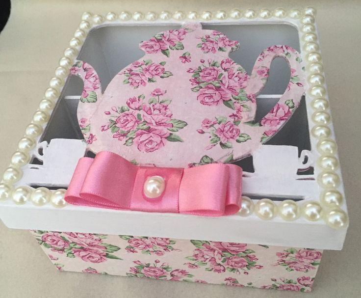 Linda caixa para chá,Mdf pintada com detalhes em pérolas, com 4 divisores,deixa seus saquinhos de chá organizados,além de decorar a sua cozinha.Confeccionamos em outras estampas de acordo com o desejo do cliente e disponibilidade de material.