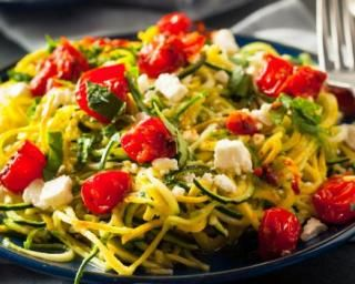 Spaghettis de courgettes light au pesto, tomates et feta