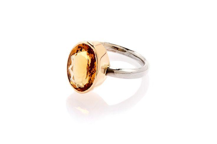 Composizione: anello in argento 925 con corona castone in oro 18 carati, quarzo citrino con taglio ovale