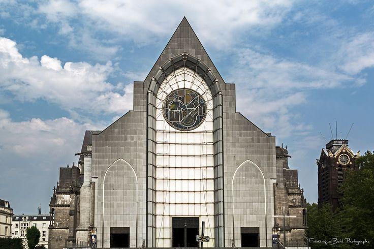 Située dans le vieux quartier du Vieux Lille, la cathédrale Notre Dame de la Treille a été terminée en 1999.