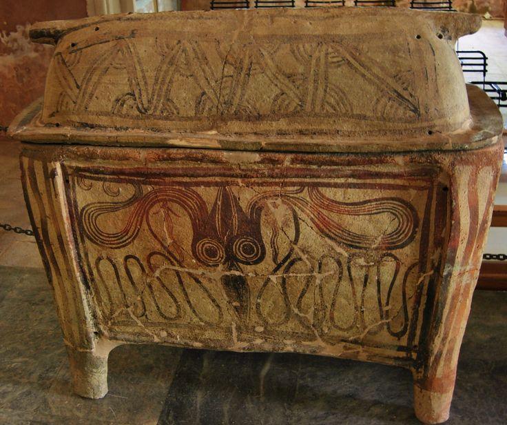 """Sarcófago minóico hallado en una necrópilis cercanas a Xania, entre 1400 y 1200 a.C. (MUSEO DE XANIA). En el sepulcro cerámico aparecen totems como el pulpo o calamar; """"divinidad"""" de la cultura cretense cuya dieta estaba basada en la pesca."""