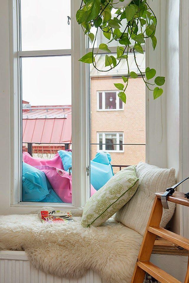 Rincon de lectura con toques naturales Estilo primaveral   low cost en un piso de estilo nórdico