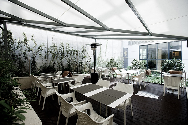 Behind the restaurant, in the interior yard, a special terrace provides a shady and quiet atmosphere for the guests.
