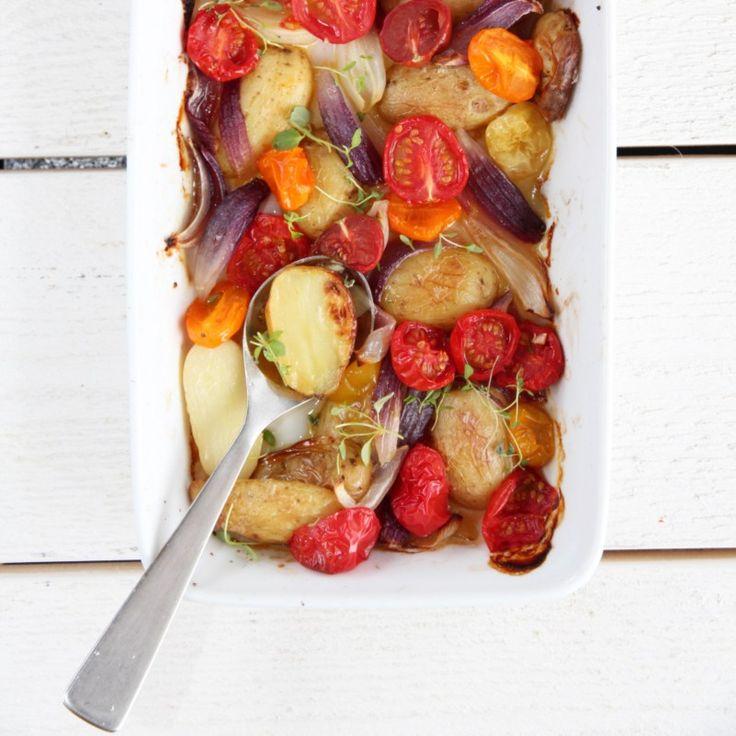 Varm potetsalat med tomater, løk og timian