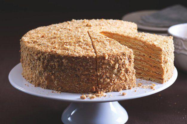 Medovník - arménský     250 g hery     3 vejce     3 lžíce tmavého medu     300g krupicového cukru     400 g hladké mouky 00 extra     1 lžičku jedlé sody nejlépe rozpustit v 1 lžíci octu a prohřát do zlata :))     pořádná hrst vlašských ořechů na ozdobení  NA KRÉM      1 konzerva karamelového Salka (mléčného karamelu)     300g másl