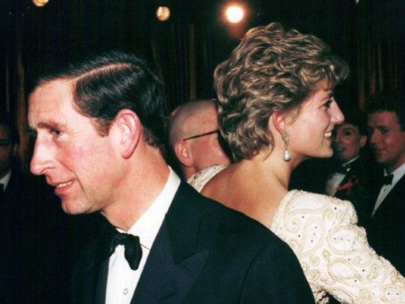 Bei einem Theaterbesuch in London 1992 sind die Eheprobleme bereits öffentlich, die Presse stellt Vermutungen über eine Scheidungsvereinbarung an.