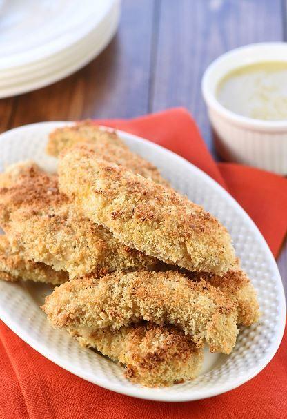 Ζουμερό εσωτερικά, τραγανό εξωτερικά πεντανόστιμο φιλέτο κοτόπουλου στο φούρνο, συνοδευμένο με σάλτσα γιαουρτιού μουστάρδας. Μια εύκολη, γρήγορη και απλή