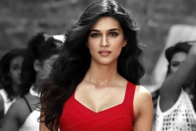 kriti sanon action scenes singh is bling bollywood movie akshay kumar prabhu deva : actress kriti sanon taking rehearsals of action scens for realistic in movie where she is beating by her trainer. Present she is acting in singh is bling movie in which akshay kumar playing as hero in prabhu deva direction.