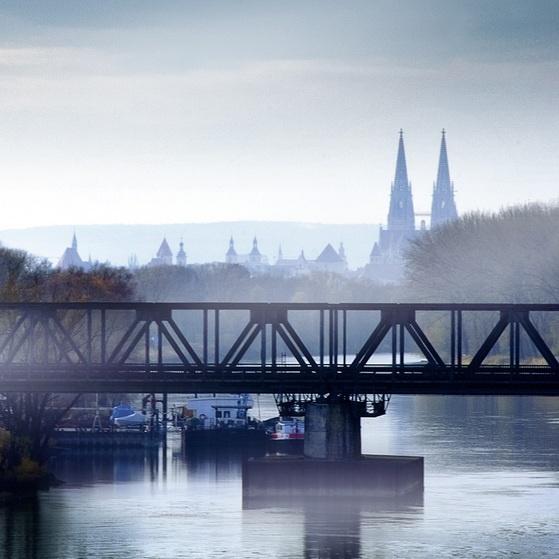Regensburg - Der Eiserne Steg im ersten Nebel.  Regensburg - the Iron Bridge in the first fog.