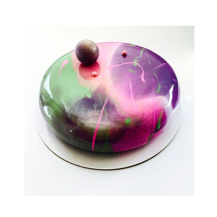 """Такой artcake был на днях 🍬🍭. А я по прежнему в лучшем городе на земле ❤️Третий день nonstop веселья 😜✌️💃🏻. Одесса радует отличными барами и вкусной едой ))) """"The fitz """" мой личный номер 1 . 🍸🍹🍸🍹🍸🍹🍸🍹🍸🍹🍸🍹🍸. #pastry_inspiration #pastrychef #cakeoftheday #cake #cakeporm #cakeart #pastryart #okmycake #partycake #тортназаказкиев #chocolatecake #chocolate #chocolatejewels"""
