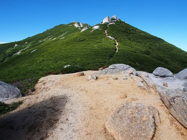 駒石から空木岳を写す。池山尾根(迷い尾根)から空木岳|中央アルプス登山ルートガイド。Japan Alps mountain climbing route guide