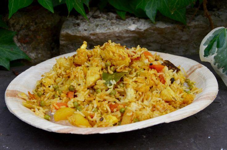Un délicieux riz végétarien qui me rapelle mon séjour en Inde! La préparation est assez longue et necessite beaucoup d'ingrédients mais cela en vaut la peine! J'ai utilisé les épices que j'ai ramené d'Inde (j'ai fait un stock!), certains comme les feuilles...