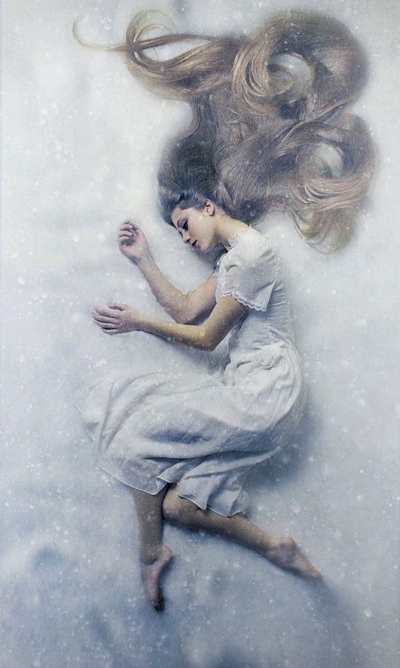 Il freddo oblio è una favola come ritratto di una giovane donna addormentata in uno stato di oblio nella neve