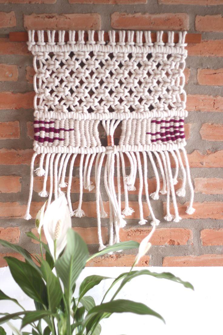 Peça feita com a técnica do macramê e da tecelagem manual em algodão 100%, fio de lã e madeira de reuso