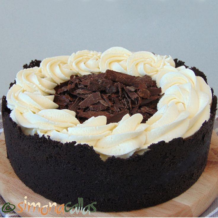Tort de ciocolata simplu si rapid Acest tort este, pe cât de simplu, pe atât de impresionant. Combinaţia ciocolată cu frişcă este clasică şi delicioasă
