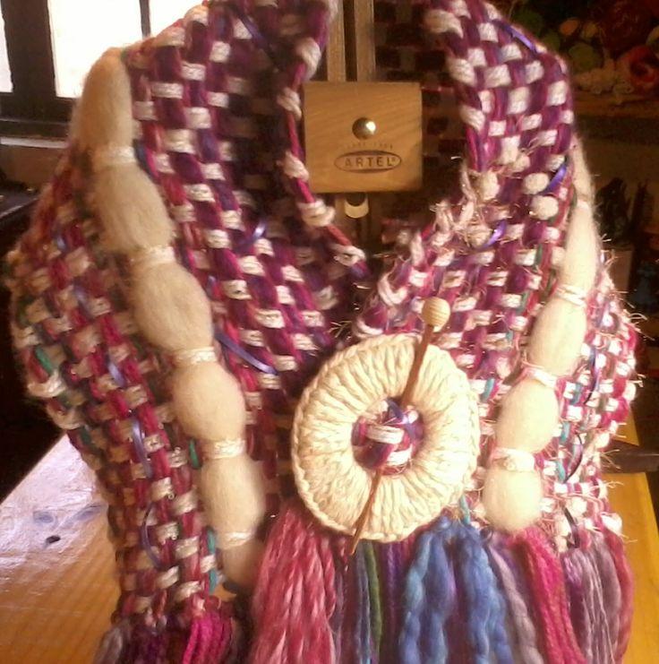 Mantilla de lana reciclada con broche, a telar manual.