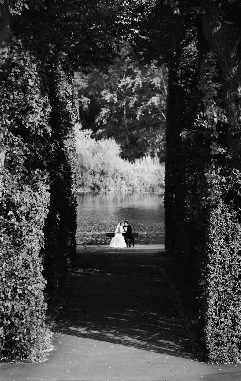 Na ławeczce w śród drzew :) Fotografia ślubna
