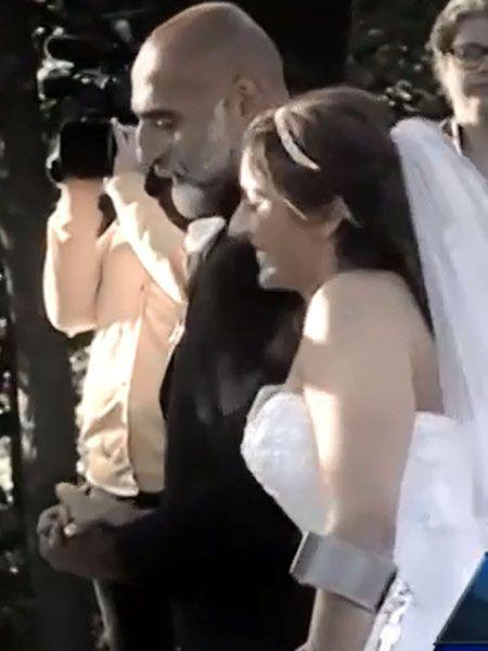 Nach einem Unfall ist Gina vom Bauchnabel abwärts gelähmt. Ein beeindruckendes Video zeigt, wie die Braut den Weg zum Altar trotzdem