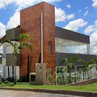 Fachadas de casas casa moderna com revestimento de tijolo for Casa moderna 1 11 2