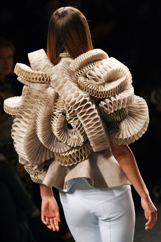 Fashion Sculpture wearable art; three-dimensional fashion structures; sculptural fashion; creative fashion design.