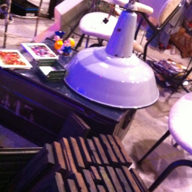 Lampada industriale e coffe table da una vecchia cassa industriale