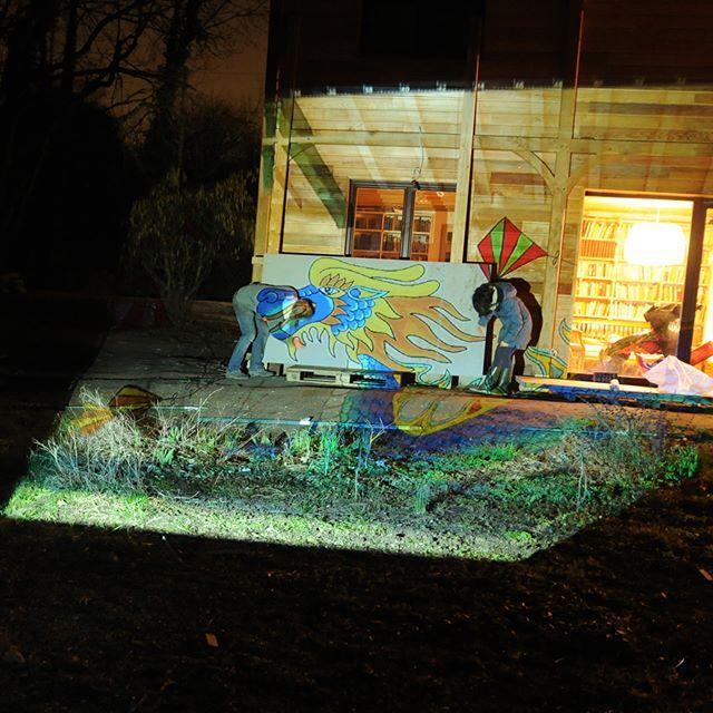 Projection à domicile du Dragon Bleu pour la murale à l'hôpital psychiatrique Belle-Idée à Genève . . . . . #ateliernayan #projection #dragon #bleu #hopital #HUG #BelleIdee #arttherapie #mosaique #art #mural #participatif #mediationculturelle #arttherapy #ecoart #mosaic #mosaicart #mosaics #mosaico #ceramics #ceramicart #contemporaryceramics #keramik #céramique #cerámica