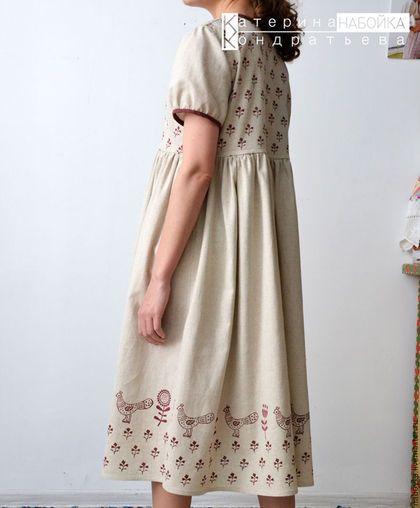 Купить или заказать Платье 'Милая пташка' в интернет-магазине на Ярмарке Мастеров. Льняное платье с ручной набойкой. Лен умягченный с хлопком. Винтажный стиль, стиль бохо и кантри украшает редкая техника - ручная набойка. Авторский рисунок нанесен при помощи деревянных досок с вырезанным на них орнаментом.