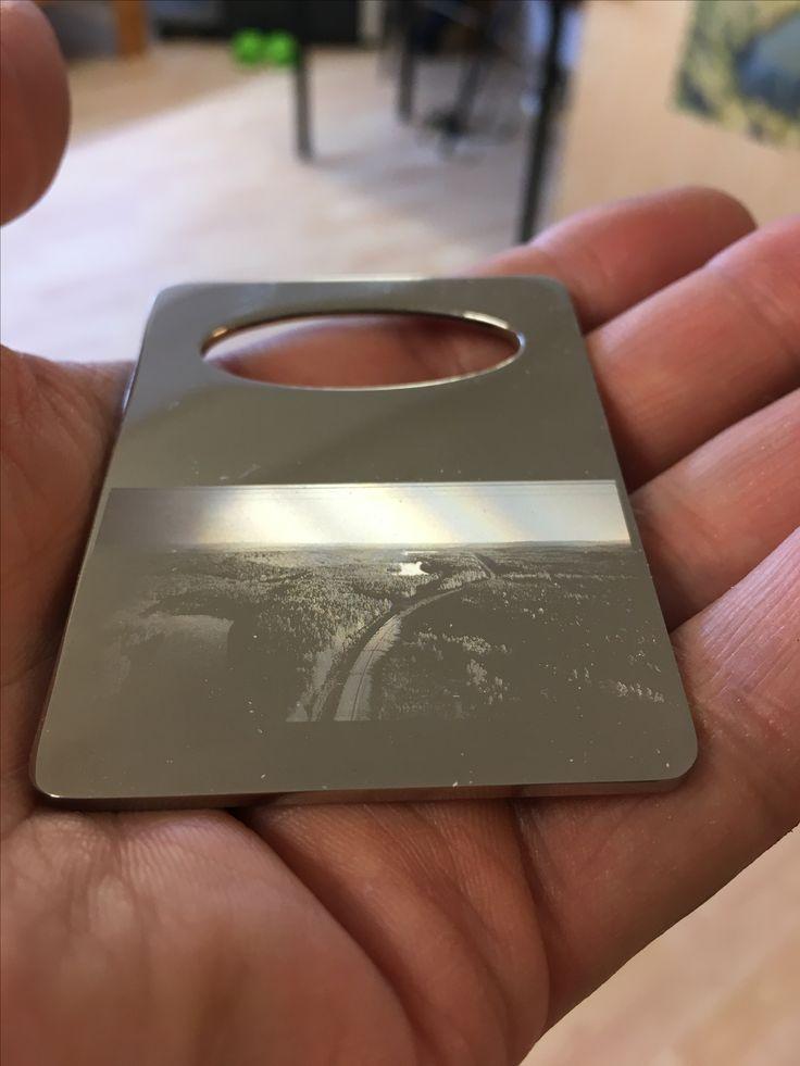 Ilmakuva metallisessa pullonkorkin avaajassa