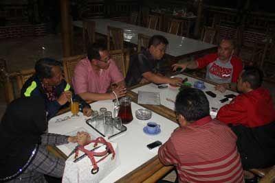 KONSOLIDASI: Anggota DPR RI Heri Gunawan tengah konsolidasi dengan Anggota DPRD Kota dan Kabupaten Sukabumi di Jalan Lingkar Selatan, belum lama ini.Foto:ikbal/radarsukabumi