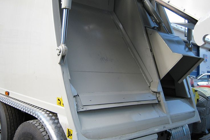 Blokada małej komory 2K w zabudowie śmieciarki dwukomorowej NTM KG-2K.