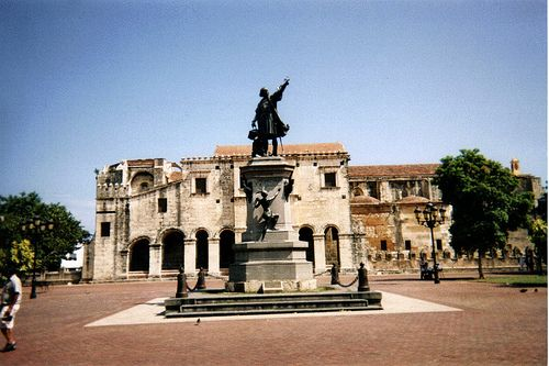 Columbus statue in Santo Domingo, photo by: juancardenes@verizon.net, used under Creative Commons License(By 2.0)