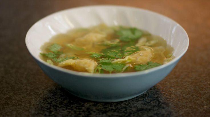 Wontons zijn de ravioli van de Chinese keuken. Met een pakje kant-en-klare wontonvellen is het een koud kunstje om ze te maken. Je serveert de wontons in een heldere smaakvolle bouillon of 'clarif'. De basis voor deze consommé is kippenbouillon. Beslis zelf hoeveel wontons je erin doet, want je kunt het gerecht op de tafel zetten als soep of als volwaardig voorgerecht.