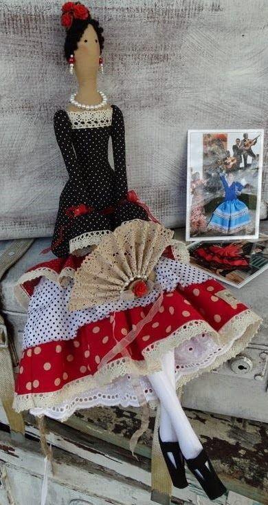 (Fonte: Tildas Mundial)   A boneca Tilda foi criada em 1999, pela designer Tone Finnanger. Uma norueguesa criativa e caprichosa que, aos ...