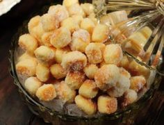 Um biscoito pra lá de sensacional, arrasa em qualquer lanchinho!  Ingredientes  100 g de margarina 1/2 xícara de açúcar 4 gemas Raspas da casca de 1 limão 1 e 3/4 xícaras de amido