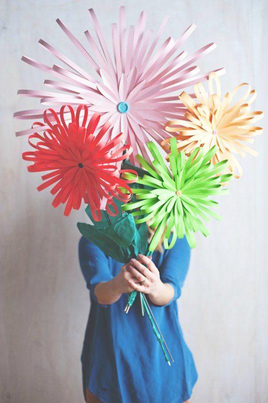 Flores de papel paso a paso : De los muchos tutoriales que circulan por internet sobre cómo hacer flores de papel compartimos este por su originalidad, una forma diferente de montar flo