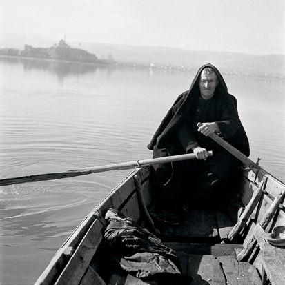 Βαρκάρης στη λίμνη των Ιωαννίνων Iωάννινα, δεκαετία του 1940 Φωτ. Βούλα Παπαιωάννου Αρχείο Μουσείου Μπενάκη