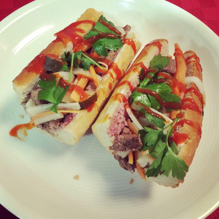 Hoy vamos a preparar una receta fácil y deliciosa de Banh Mi vietnamita. Una deliciosa combinación de sabores orientales y occidentales en cada bocado.
