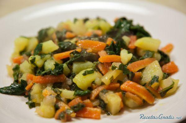 Aprende a preparar acelgas salteadas con patatas con esta rica y fácil receta. ¡Te gustan las acelgas y no sabes cómo prepararlas? Pues en RecetasGratis.net te...