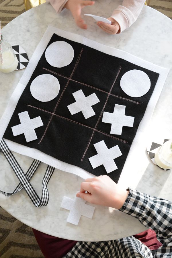 Make this cute roll up felt tic tac toe board in just a few minutes for hours of fun with your kids!