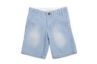 Bermuda para niño en rayitas azul claro y blancas. Bolsillos adelante y atrás.
