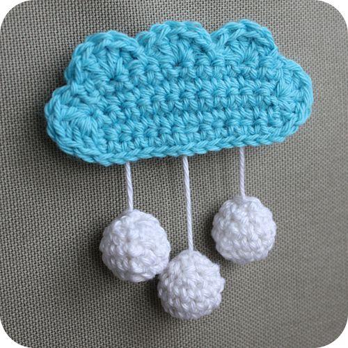 """Bonjour Défi 13 de septembre ... le sujet """"Bleu"""" . La pluie et les nuages de ces derniers jours m'ont certainement inspirés cette petite broche nuage au crochet qui a immédiatement trouvé sa place sur ma veste ... Ces petits bijoux nuages font fureur..."""