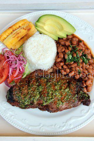 Bistec o filete de carne asada con arroz y menestra de porotos o frijoles