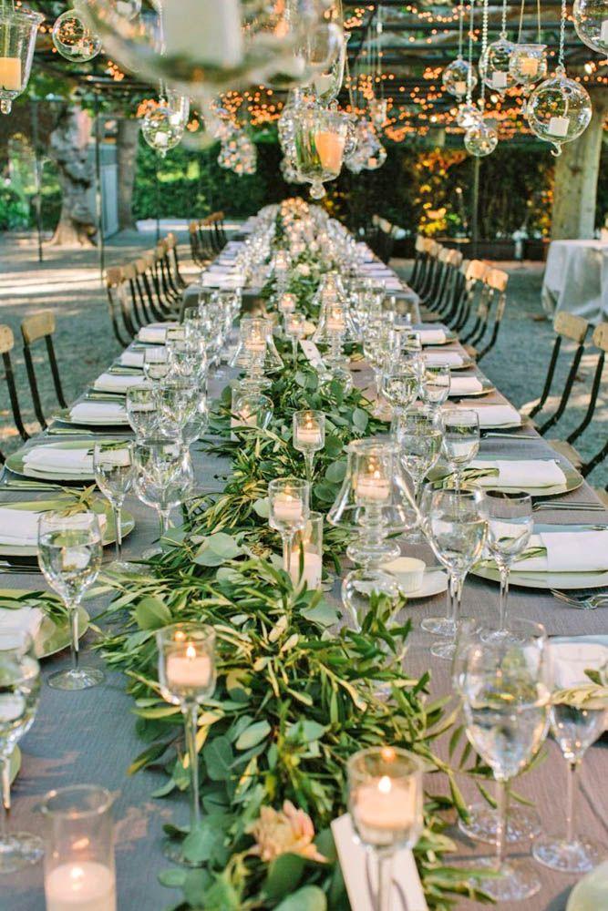 Hier seht ihr wunderbar den großartigen Effekt, den Greenery-Deko und Glas-Elemente auf eurer Hochzeit erziehlen können! Perfekt für ein kleineres Budget!  Mehr Inspiration gibt's auf WonderWed.de!