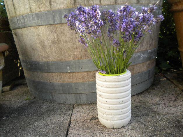 Standfeste Beton Vase mit herausnehmbarem Plastikbecher. Durch den Plastikbecher können frische Blumen in die Vase gestellt werden und zusätzlich ist es leicht zu reinigen. Natürlich können auch Trockenblumen und Kunstblumen in die Vase gestellt werden.
