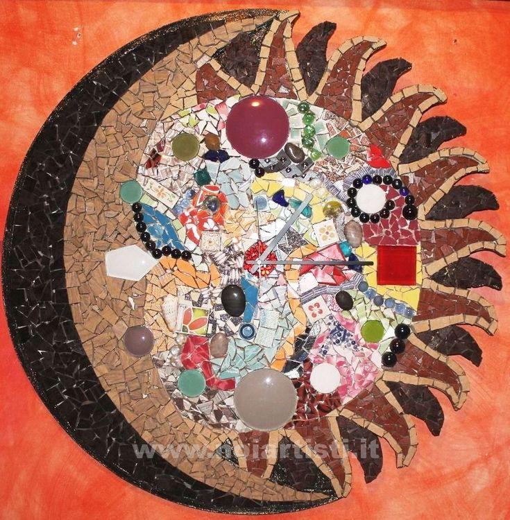 Entriamo nel mondo del Mosaico, un'arte antica che si realizza grazie a delle piccole tessere di diversi colori e forme, un lavoro decorativo dalla quale si possono realizzare delle vere opere d'arte.
